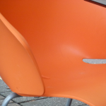 Orangefarbener Stuhl